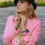 Allure da dandy con jumpsuit floreale e blazer rosa baby