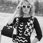 Black&White series #7: blusa con decori geometrici e jeans bianchi